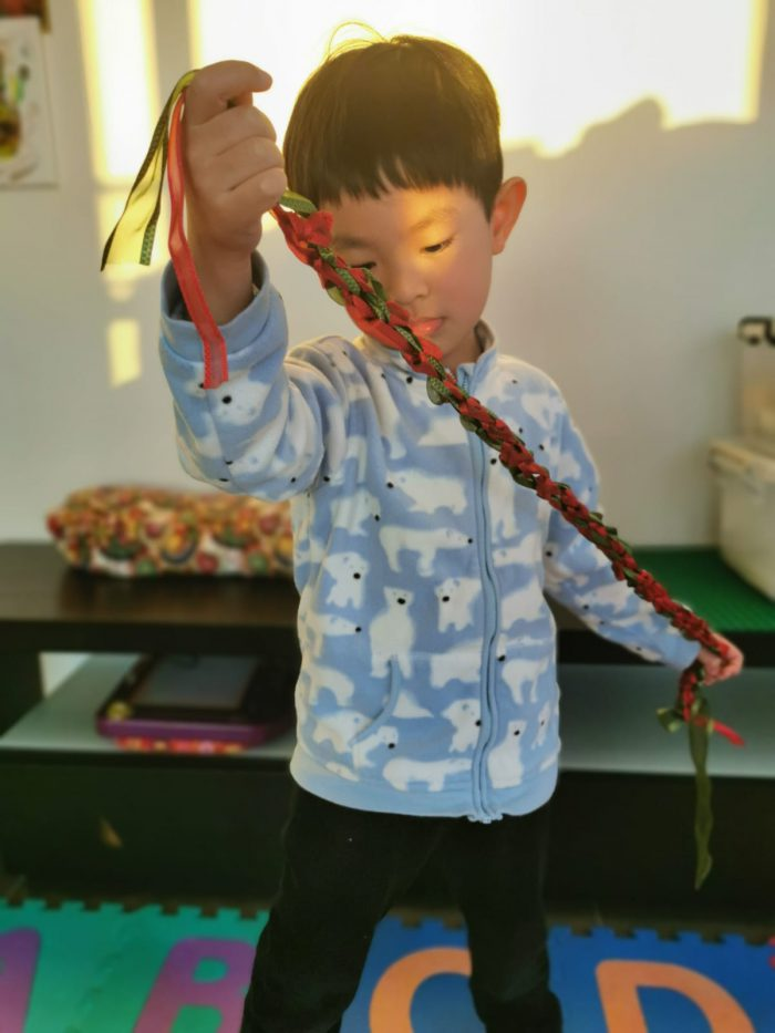 It's so interesting to make something new just by tying knots! 僅僅通過打結就可以造出新東西,真是太有趣了!